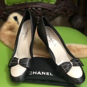 CHANEL SIZE 9 BEAUTIFUL BLACK AND WHITE HEELS